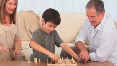 šachy mezi dědeček a jeho vnuk — Stock video