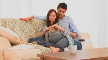 妊娠中の女性が彼女の夫と編み物 — ストックビデオ