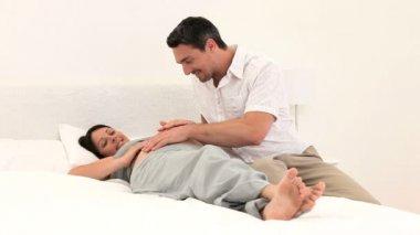 Homme caressant le ventre de sa femme enceinte — Vidéo