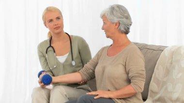 Pielęgniarka pomoc jej pacjenta do wykonywania — Wideo stockowe