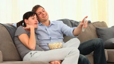 Young couple watching tv — Stock Video