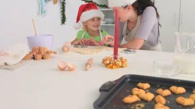 Madre e hija cocinando juntos — Vídeo de Stock