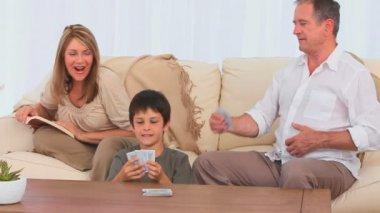 Rodinné hrací karty dohromady — Stock video