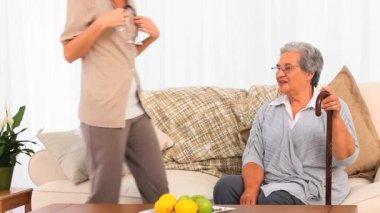 Nurse visiting her mature patient — Stock Video