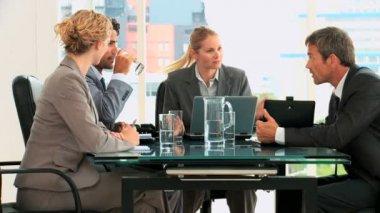 Riunione di quattro business — Video Stock