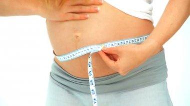 Esperando a mujer midiendo su barriga — Vídeo de stock