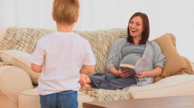 Chłopiec oferuje obecnie do matki w ciąży — Wideo stockowe