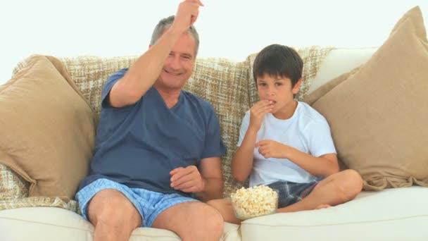 Grand-père et son petit-fils, je regarde un match de football — Vidéo