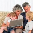 Royalty-Free Stock Vectorielle: Family talking about the laptop