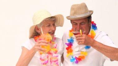Casal desfrutando de seus coquetéis — Vídeo stock