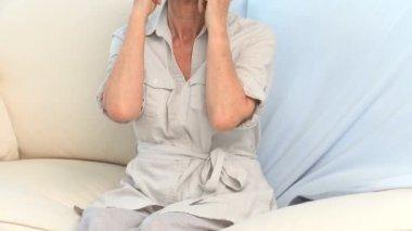 Volwassen vrouw met een nekpijn — Stockvideo