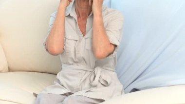 首の痛みを持つ成熟した女性 — ストックビデオ