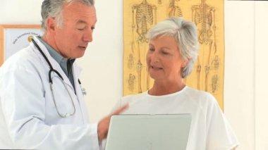 Arzt seinen patienten eine erklärung geben — Stockvideo