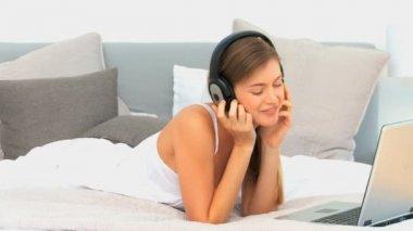 Beautiful woman listening to music — Stock Video