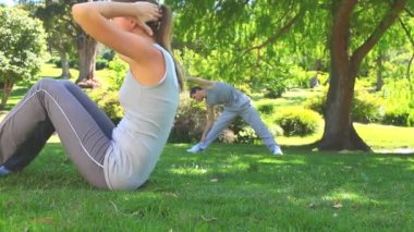 Athletic couple exercising outdoors — Stock Video
