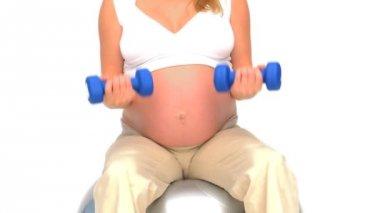怀孕的女人做练习白色背景 — 图库视频影像