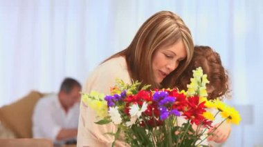Edlerly woman with her grand daughter making a bunch of flowers — Stock Video