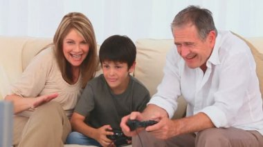 Family playing video games — Stock Video