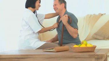 Zdravotní sestra s pacientkou — Stock video