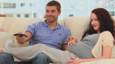 futurs parents, regarder un film — Vidéo #15554255