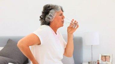 Retired woman taking pills — Stock Video