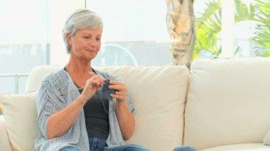 Retired woman knitting — Stock Video