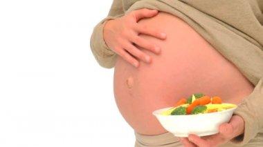 Zwangere vrouw met een kom van groenen — Stockvideo