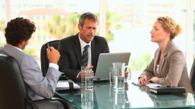 Tres negocios durante una reunión — Vídeo de Stock