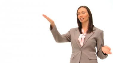 Mujer de negocios morena dando una explicación — Vídeo de Stock