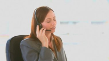Smiling businesswoman speaking on the phone — Stock Video