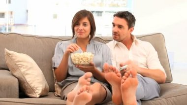 Couple watching tv with popcorn — Stock Video