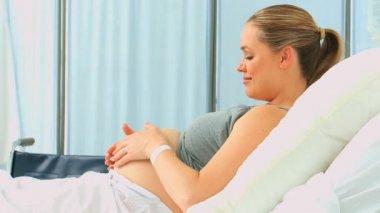 Attend femme caressant son ventre — Vidéo