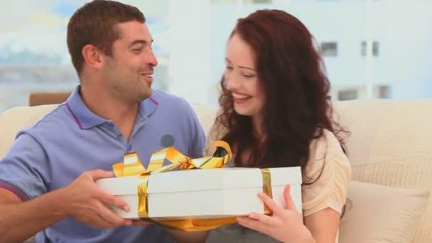 Hombre ofrece un regalo a su novia hermosa — Vídeo de stock