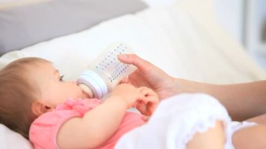 美联储在床上的可爱的小宝贝 — 图库视频影像