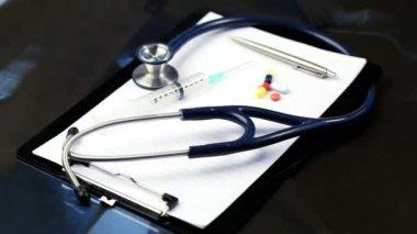 Stéthoscope, seringue, pilules et tournage de stylo — Vidéo