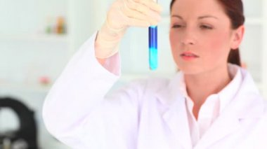 Femele scientist examining a test tube — Vídeo Stock