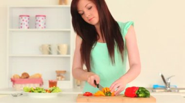 Young woman slicing vegetables — Stock Video