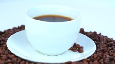 Cup of coffee with coffee beans rotating — Stock Video