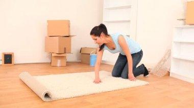 брюнетка рады установить ее вещи в своей новой квартире — Стоковое видео