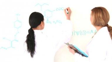 Wissenschaftler frauen schreiben einer formel — Stockvideo