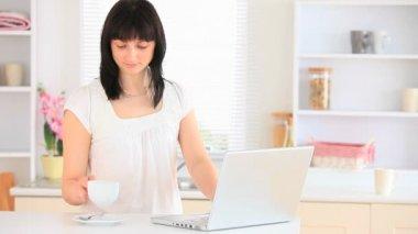 年轻女子在网上聊天 — 图库视频影像
