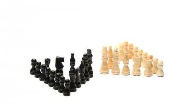 белые шахматные фигуры, стоящие перед черные шахматные фигуры — Стоковое видео