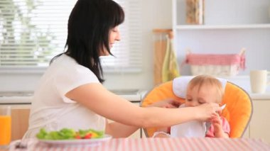 Mladá matka krmení její dcera — Stock video