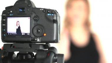 Câmera tomando tiro de mulher loira posando — Vídeo stock