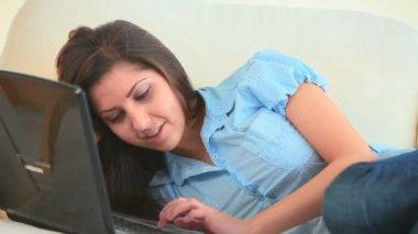 Jeune femme en s'amusant avec son ordinateur portable — Vidéo