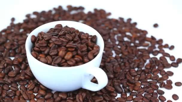 Tasse remplie de grains de café tournant — Vidéo