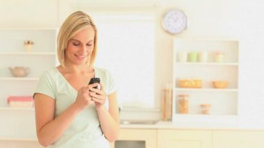 Blond-haired woman sending text messages — Vidéo