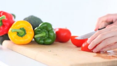 Feminine hands slicing peppers — Stock Video