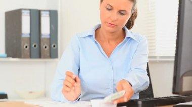 Secretário, fazendo a contabilidade do dia-a-dia — Vídeo stock