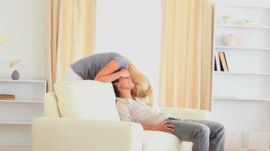 Femme caressant son mari — Vidéo
